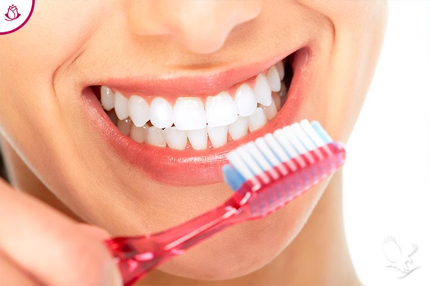 Donna sorridente con spazzolino