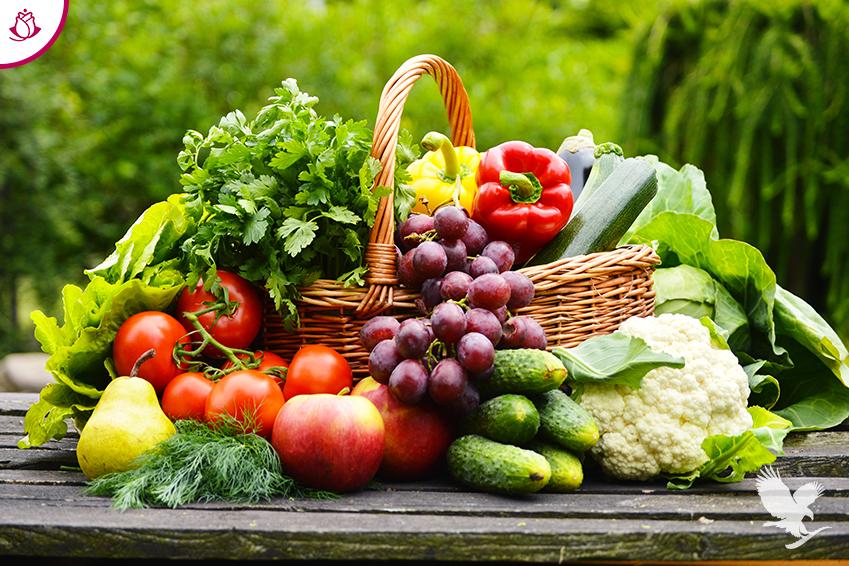 cesto con frutta e verdura