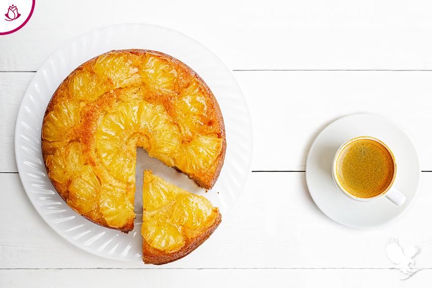 torta all'ananas e aloe con tazza di caffè