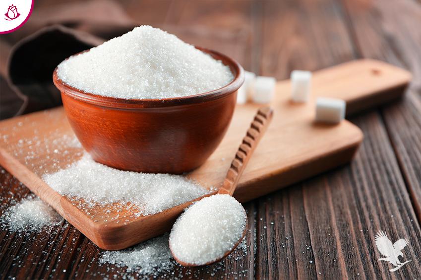 tazza e cucchiaio con zucchero
